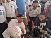 Menteri Perhubungan Budi Karya Sumadi tengah berbincang dengan sejumlah calon penumpang di Terminal bus Tipe A Mengwi Badung, Kamis, 8 Agustus 2019 - foto: Koranjuri.com