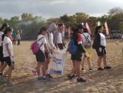 Kegiatan bersih sampah plastik yang diikuti oleh siswa Sma Negeri 2 Denpasar dalam menyambut HUT sekolah yang ke-54 pada Jumat, 9 Agustus 2019 - foto: Koranjuri.com
