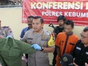 Kapolres Kebumen, AKBP Robertho Pardede, menunjukkan barang bukti dan tersangka CS, pelaku penipuan berkedok PNS - foto: Sujono/Koranjuri.com