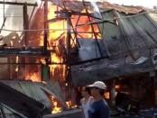 Situasi kebakaran yang melanda empat ruko di Desa Kemiri Kidul RT 01 / RW 04, Kecamatan Kemiri, Kabupaten Purworejo, Jum'at (16/8) siang - foto: Sujono/Koranjuri.com