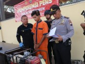 WR (21), warga Desa Kaibon, Ambal, Kebumen, pelaku pencurian empat pompa air, kini ditahan polisi dengan sejumlah barang bukti - foto: Sujono/Koranjuri.com