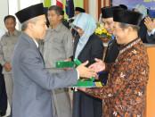 Rektor UMP, Dr. Rofiq Nurhadi M.Ag, saat memberikan penghargaan kepada tiga dosen dan lima pegawai, atas dedikasi dan pengabdiannya kepada UMP, Selasa (24/9), dalam rangka Milad UMP ke 55 - foto: Sujono/Koranjuri.com