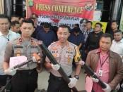 Sepuluh garong berkedok petugas lapangan PT Telkom, diamankan polisi karena mencuri kabel di bawah Jembatan Bociang Mangga Besar, Tamansari Jakarta Barat - foto: Bob/Koranjuri.com