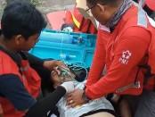 Petugas PMI, sempat memberikan pertolongan kepada pelari Marathon Atsushi Ono. Saat terhuyung dan jatuh, korban langsung dipinggirkan dan diberikan oksigen - foto: Istimewa