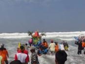 Suasana ritual sedekah laut nelayan warga Desa Kertojayan, Kecamatan Grabag, Purworejo, Jawa Tengah, Minggu (15/9) - foto: Sujono/Koranjuri.com