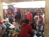 Kepala Dinsosduk KBPPPA Kabupaten Purworejo, dr Kuswantoro, M.Kes, saat mengunjungi pedagang Pasar Kaliboto, Bener, dalam Grebeg Pasar, Jum'at (20/9) - foto: Sujono/Koranjuri.com