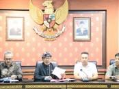 Wakil Gubernur Bali Tjokorda Oka Artha Ardhana Sukawati saat menggelar konferensi pers di Ruang Rapat Praja Sabha, Kantor Gubernur Bali, pada Senin (23/09/2019) - foto: Istimewa