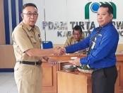 Kabag Perekonomian Setda Kabupaten Purworejo, Drs  Bambang Susilo, saat menyerahkan SK Bupati pada Hermawan Wahyu Utomo, Senin (23/9) - foto: Sujono/Koranjuri.com