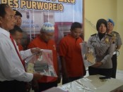 Satreskrim Polres Purworejo, berhasil mengamankan dua pelaku pencurian hp dan penadahnya, AS (40), warga Gondosuli, Bulu, Temanggung, Ar (30), warga Tingkir Tengah, Salatiga, dan WYR (36), warga Donorejo, Secang, Magelang, dengan sejumlah barang bukti - foto: Sujono/Koranjuri.com