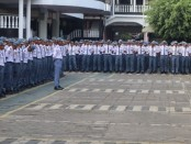 Kapolres Purworejo AKBP Indra Kurniawan Mangunsong, saat menyampaikan himbauan kepada para siswa SMK PN Purworejo, dalam apel pagi, Senin (30/9) - foto: Sujono/Koranjuri.com