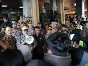 Ketua DPRD Bali Nyoman Adi Wiryatama menemui pengunjukrasa di halaman gedung DPRD Bali, Senin, 30 September 2019 - foto: Koranjuri.com