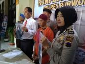 Tersangka MFN, alias Tompel, warga Nasaran, Cangkrep Lor, Purworejo, kini ditahan di Mapolres Purworejo dengan sejumlah barang bukti - foto: Sujono/Koranjuri.com