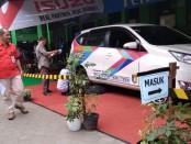 Toto Wibawa, SPd, Kepala SMK YPT Purworejo, saat meninjau pelaksanaan mata lomba Automobile Technology di halaman sekolah setempat, Selasa (3/9) - foto: Sujono/Koranjuri.com