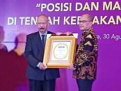 Dirut Bank Purworejo, Wahyu Argono Irawanto, SE, MM, saat menerima penghargaan Golden Award 2019 dari Majalah Info Bank di Hotel Merlyn Park Jakarta, Jum'at (30/8) lalu - foto: Sujono/Koranjuri.com