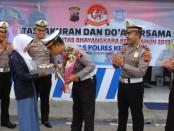 Kasatlantas Polres Kebumen AKP Ahdi Rizaliansyah, saat menerima kue ulang tahun dari OSIS SMA Negeri 2 Kebumen, Sabtu (21/9) - foto: Sujono/Koranjuri.com