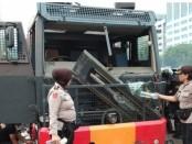 Sebuah mobil water canon milik kepolisian rusak dalam aksi demonstrasi menolak UU KPK dan sejumlah pasal kontroversial RKUHP di gedung DPR RI, Senin (24/9/2019) - foto: Istimewa