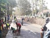 Para pekerja tengah melakukan pekerjaan perbaikan jalan Kutoarjo-Bruno - foto: Sujono /Koranjuri.com