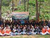Pengurus OSIS SMK Kesehatan Purworejo berfoto bersama, usai mengikuti kegiatan LDK di Curug Gunung Putri, Desa Cepedak, Bruno, Minggu (13/10) - foto: Sujono/Koranjuri.com