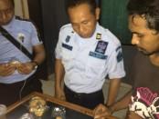 Petugas memeriksa seorang pembezuk tahanan yang membawa dua paket dalam kemasan roti. Paket tersebut diduga kuat merupakan narkoba - foto: Istimewa