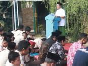 Kepala SMK Kesehatan Purworejo, Nuryadin, SSos, MPd, saat menyampaikan ceramah usai pelaksanaan sholat Istisqo di halaman sekolah setempat, Jum'at (4/10) - foto: Sujono/Koranjuri.com