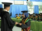 Rektor UMP, Dr Rofiq Nurhadi MAg saat mewisuda salah satu wisudawan berpredikat cumlaude - foto: Sujono/Koranjuri.com