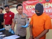 Kapolres Kebumen AKBP Rudy Cahya Kurniawan, menunjukkan tersangka MI (36), seorang pengedar pil Hexymer, warga Kecamatan Binangun, Kabupaten Cilacap - foto : Sujono/Koranjuri.com