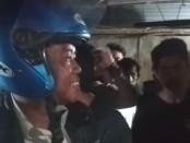 Pelaku mengenakan helm saat diamankan warga, Selasa, 15 Oktober 2019 - foto: Istimewa