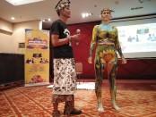 Seniman lukis Asep Dedep dari Jawa Barat bersama model body painting saat pelaksanaan konferensi pers Pesona Nusa Dua Fiesta Ke-23 tahun 2019 di Novotel Bali Nusa Dua, Jumat, 18 Oktober 2019 - foto: Koranjuri.com