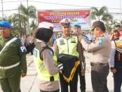 Kapolres Purworejo AKBP Indra Kurniawan Mangunsong, saat menyematkan pita tanda operasi pada perwakilan anggota, sebagai tanda dimulainya Operasi Zebra 2019 - foto: Sujono/Koranjuri.com