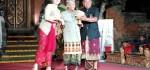 Made Taro Terima Penghargaan atas Dedikasinya di Dunia Sastra