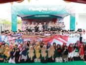 Kapolres Kebumen AKBP Rudy Cahya Kurniawan, berfoto bersama para santri, pada acara Pesantren Expo yang bertempat di Hotel Mexolie, Kebumen, Jum'at (25/10) - foto: Sujono/Koranjuri.com