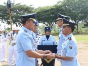 Salam komando Komandan Lanud Adi Soemarmo Kolonel Pnb Adrian P. Damanik, S.T., (tengah) dengan pejabat Lama Letkol Nav Muhammad Jausan, S.Pd., M.Eng (kanan) dan pejabat baru Letkol Pnb Surono (kiri) - foto: Istimewa