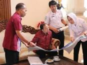 Gubernur Wayan Koster mendengarkan pemaparan Kepala BMKG Prof Dwikorita Karnawati terkait rencana pemasangan perangkat deteksi gempa dan tsunami di sejumlah wilayah di Bali, Sabtu, 16 November 2019 - foto: Istimewa