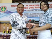 Ketua YPLP PGRI Kota Denpasar yang juga menjabat Kasek SMK PGRI 3 Denpasar I Nengah Madiadnyana, bersama R. Ayu Maharani Wijaya, kontestan ajang Putra Putri Sekolah Ajeg Bali Ke-11 tahun 2019 - foto: Koranjuri.com