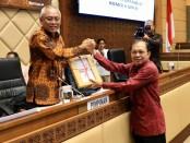 Gubernur Bali Wayan Koster menyerahkan draft RUU Provinsi Bali ke Komisi II DPR RI yang membidangi Pemerintahan Daerah - foto: Istimewa