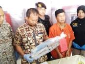 Har (52), seorang guru ngaji warga Desa Binangun RT 001 RW 002, Butuh, Purworejo, yang tega menganiaya istrinya sendiri, kini ditahan di Mapolres Purworejo dengan sejumlah barang bukti - foto: Sujono/Koranjuri.com