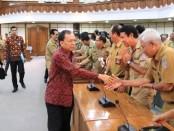 Gubernur Bali Wayan Koster bertemu dengan Kepala Sekolah SMA/SMK/SLB se-Bali untuk memberikan pengarahan Pergub No 7 Tahun 2019 di ruang rapat Wiswa Sabha Kantor Gubernur Bali, Selasa, 5 November 2019 - foto: Istimewa