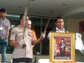Subdit Jatanras Ditreskrimum Polda Metro Jaya menangkap satu tersangka pemilik mobil Nissan Terra berplat nomor B 1 RI - foto: Bob/Koranjuri.com