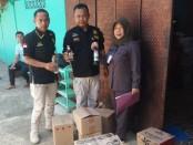 Petugas menunjukkan barang bukti miras yang disita - foto: Sujono/Koranjuri.com