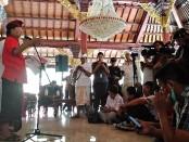 Gubernur Bali Wayan Koster memberikan keterangan terkait lahirnya 2 Pergub Baru yang dimiliki Bali tentang Bali Energi Bersih dan Pergub tentang Penggunaan Kendaraan Bermotor Listrik Berbasis Baterai, Selasa, 12 November 2019 - foto: Koranjuri.com