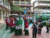 Para siswa SMP dan SMA Al Azhar Solo Baru saat mengikuti simulasi tanggap bencana - foto: Koranjuri.com