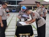 Kapolres Purworejo AKBP Indra Kurniawan Mangunsong, saat memimpin sertijab lima pejabat utama Polres Purworejo, Kamis (21/11) - foto: Sujono/Koranjuri.com
