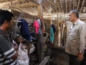 Bupati Purworejo Agus Bastian saat mengunjungi salah satu warga miskin di wilayah perbatasan, Kamis (28/11/2019) - foto: Sujono/Koranjuri.com