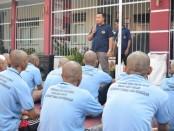50 narapidana pindahan dari Rutan Salemba, Jakarta Pusat, saat menerima arahan dari Karutan Purworejo Lukman Agung Widodo, Jum'at (27/12) - foto: Sujono/Koranjuri.com