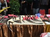 Sejumlah barbuk kejahatan yang disita Polres Metro Jakarta Barat dalam Operasi selama tahun 2019 - foto: Bob/Koranjuri.com