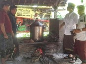 Sosialisasi Ranpergub Tata Kelola Minuman Fermentasi dan/ atau Destilasi Tradisional Khas Bali di Wantilan Pura Puseh Desa Adat Tri Eka Bhuana, Sidemen (Minggu, 1/12/2019) - foto: Istimewa