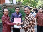 Gubernur Bali Wayan Koster didampingi Sekda Dewa Made Indra secara simbolis menyerahkan hibah kendaraan operasional kepada tiga lembaga vertikal di halaman belakang Kantor Gubernur Bali, Jumat, 6 Desember 2019 - foto: Istimewa