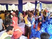 Ratusan warga kurang mampu yang terdampak Proyek Strategis Nasional Bendung Bener, saat antri dalam pasar murah di Bukit Seribu Besek, yang diselenggarakan oleh PT Waskita Karya, Sabtu (7/12) - foto: Sujono/Koranjuri.com