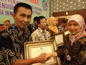 Kepala SMP N 4 Purworejo, Drs Eko Partono, MPd, saat menerima penghargaan SPMI Award 2019 dari LPMP Jateng - foto: Sujono/Koranjuri.com