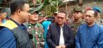 Banjir Surut, Anies Ikut Bersihkan Sampah Sisa Banjir